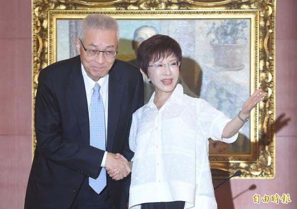 國民黨主席洪秀柱(右)批評,黨內挺吳敦義(左)的人一直在放話,好像她賴著主席一位不走。(資料照,記者廖振輝攝)