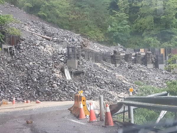 南投縣仁愛鄉榮興村台8線97.5公里邊坡下午3時55分發生土石流,下方仍在施工的工程瞬間遭土石吞沒。(圖:民眾提供)