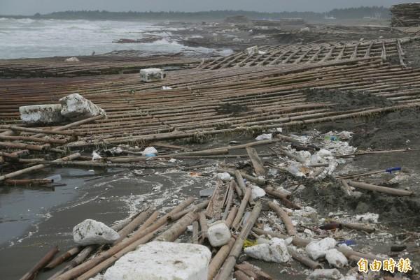台南海岸線因西南氣流過境,滿佈保麗龍及蚵架。(記者蔡文居攝)