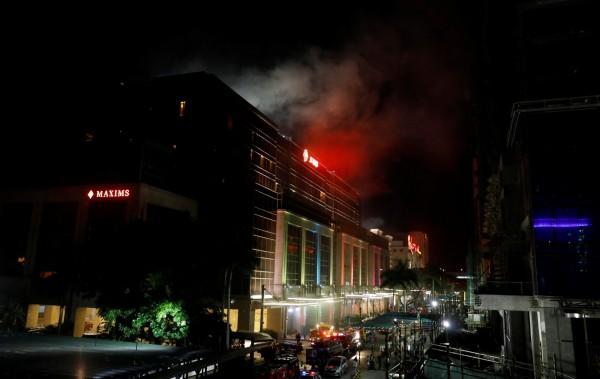 馬尼拉雲頂世界爆發攻擊搶劫事件,建築物冒出濃煙。(路透)
