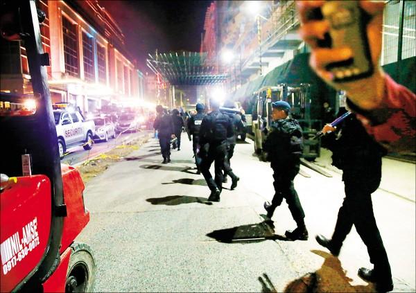 菲律賓首都馬尼拉雲頂世界賭場度假村2日午夜發生持槍攻擊事件,造成近40人死亡,其中包括4名台灣人。圖為菲國國家警察特種部隊成員案發後趕抵現場。(美聯社)