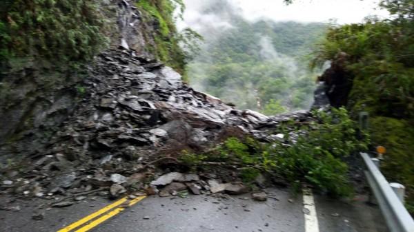 中橫公路省道台八線約166.8公里處,今天下午2點多發生坍方,目前道路中斷。(新城警分局提供)