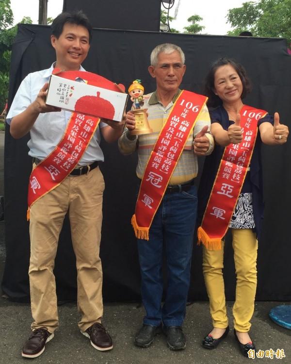 玉荷包荔枝競爭激烈,張清海(中)是今年冠軍,張林玉美(右)今年雖獲亞軍,卻是去年的冠軍。(記者陳文嬋攝)