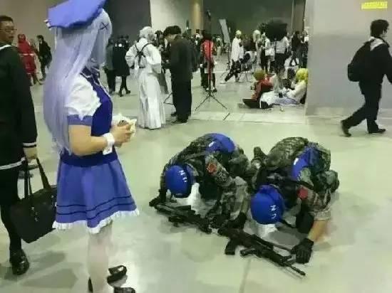 兩名解放軍扮相男子,向日式少女下跪。(圖取自網路)
