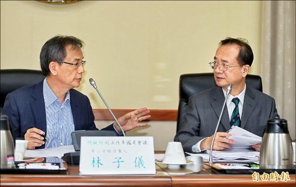 總統府司法改革國是會議第二分組昨增開會議,由召集人林子儀(左)主持,右為司法院長許宗力。(記者方賓照攝)