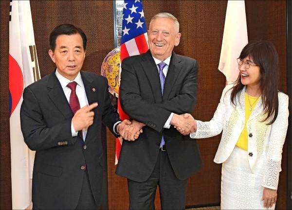 美國國防部長馬提斯3日在「香格里拉對話」三邊會談展開前,與南韓國防部長韓民求(左)、日本防衛大臣稻田朋美(右)相見歡。(美聯社)