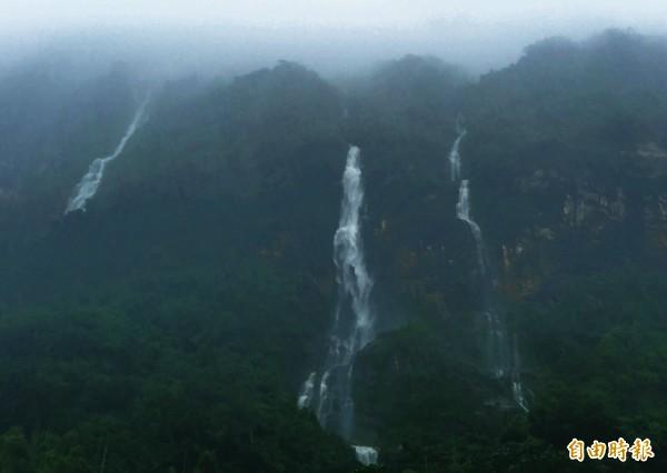 中橫公路山區受到連日豪大雨影響,岩壁處處可見多道驚人的「時雨瀑布」,大水順著峭壁傾斜處流下,氣勢磅礡、壯觀,宛如是幅「潑墨山水畫」。 (記者王峻祺攝)