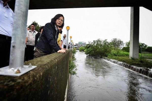 蔡英文總統今天視察雲林縣災情時強調,「治水不能等!」(取自蔡英文總統臉書)