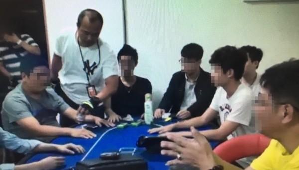 警方查獲藏身民宅內的賭場。(記者王宣晴翻攝)