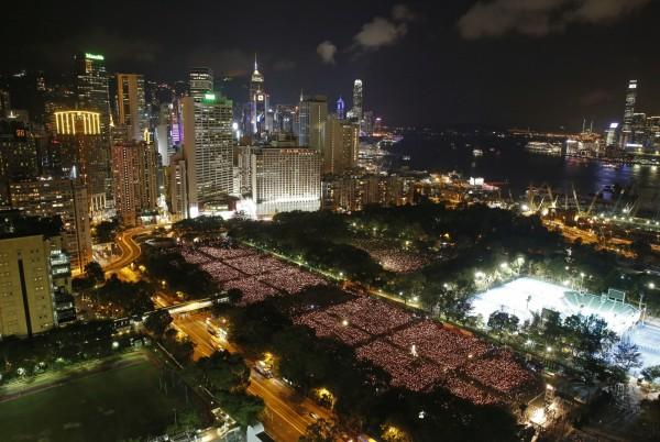 香港正籌備今年六四燭光晚會。圖為2015年在維多利亞公園舉行的六四紀念晚會。(資料照,美聯社)