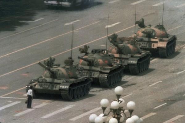 1989年中國六四天安門事件,青年「王維林」獨自擋住坦克的去路。(美聯社)