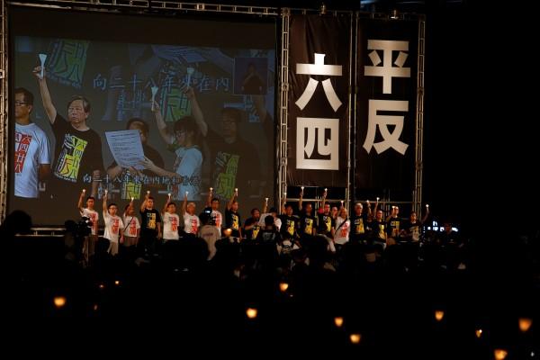 十一萬香港群眾四日晚間參與在維多利亞公園舉辦的燭光集會,以紀念二十八年前的六四鎮壓事件,要求平反八九民運,追究屠城責任。(路透)