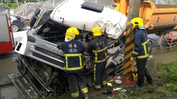 屏東里港高樹大橋今天發生砂石車自撞電線桿事故。(里港消防分隊提供)