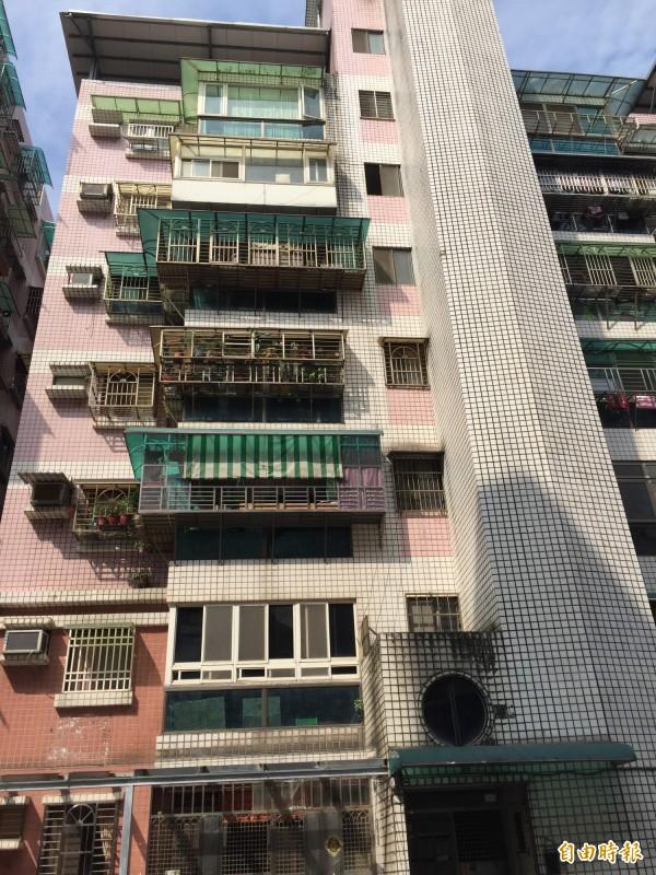 陳姓少年從六樓的樓梯間窗戶,企圖翻進家中,卻不幸失足。(記者吳昇儒攝)