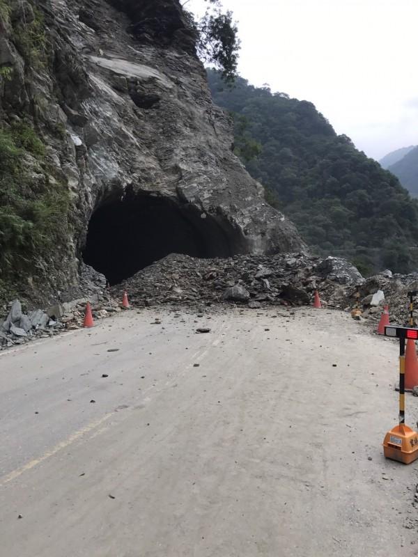 台8線中橫公路167.5公里處文山路段今下午發生落石坍方,公路總局已派員現場待命搶修。(圖由公路總局提供)