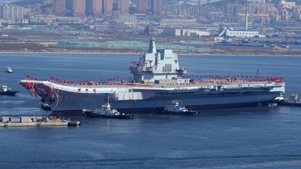 俄羅斯專家認為,中國難以發展全面性的遠洋海軍,因為中國的大型潛艦都被台灣阻擋,難以展開遠航。圖為中國繼遼寧號之後第二艘下水的航母,也是中國第一艘國產航母。(法新社)