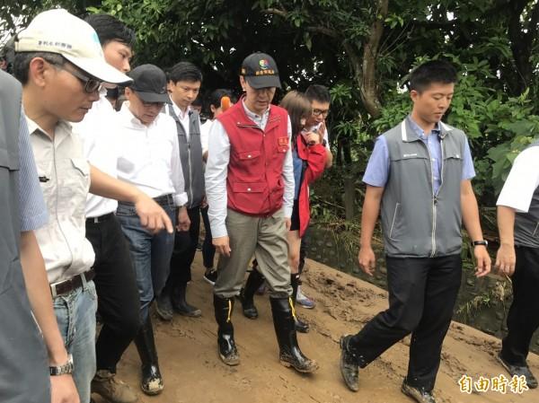 行政院長林全、新北市長朱立倫3日一起赴萬里視察員潭溪堤防工程。(資料照)