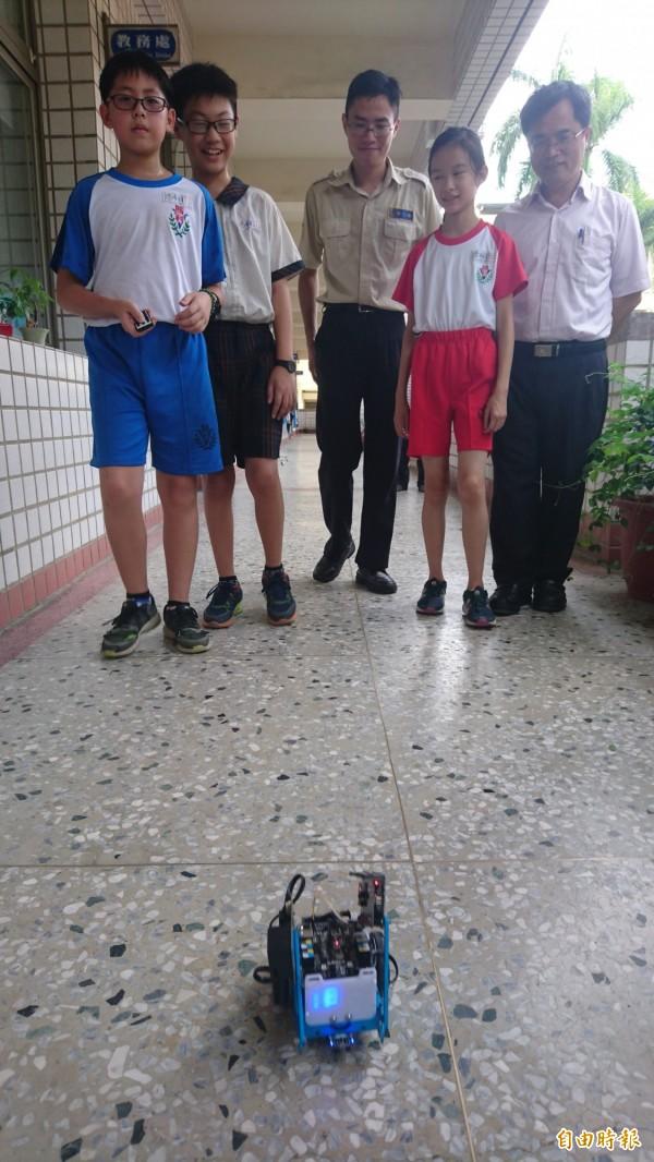 台南市東區勝利國小學童每天操作空汙機器人,即時偵測學校周邊空氣中的PM2.5數值。(記者劉婉君攝)