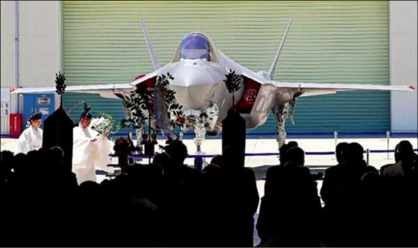 首架在日本國內組裝完成的F-35戰機五日亮相,參與製造的三菱重工特地在愛知縣小牧南工場舉行神道祭神儀式。(取自網路)