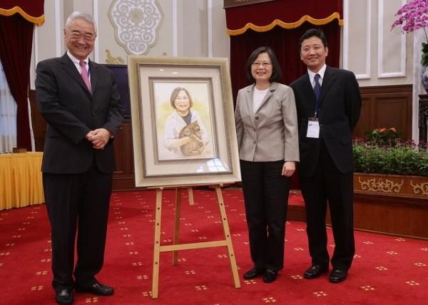 蔡英文總統今接見「國際同濟會世界總會長暨台灣總會理監事首席幹部」,她強調,台灣累積多年的問題,都一個個在解決,不論年金、司法等各項改革,還是前瞻基礎建設,「我們現在做的每件事,都是台灣邁向永續發展,最關鍵的起步,一定要堅定地跨出去」。(資料照,總統提供)