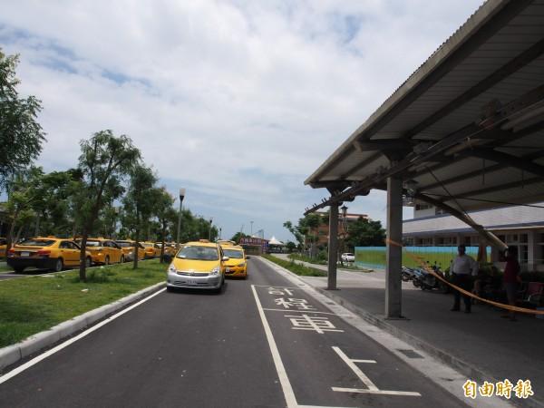 在台東火車站排班的計程車行車動線協調後與原先規劃動線相反,乘客須由車輛左側上車。(記者王秀亭攝)