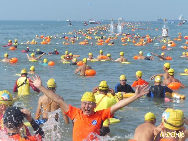 金門搶灘料羅灣是許多熱愛游泳者,挑戰自我的水上標竿活動之一。(資料照,記者吳正庭攝)