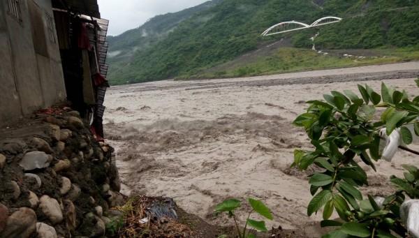 高市府啟動豪雨過後各項災害救助申請,圖為六龜農地流失景象。(記者陳文嬋翻攝)
