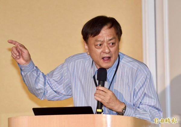 葉頌仁在會中發言,控訴國民黨不當取得其父之土地。(記者羅沛德攝)