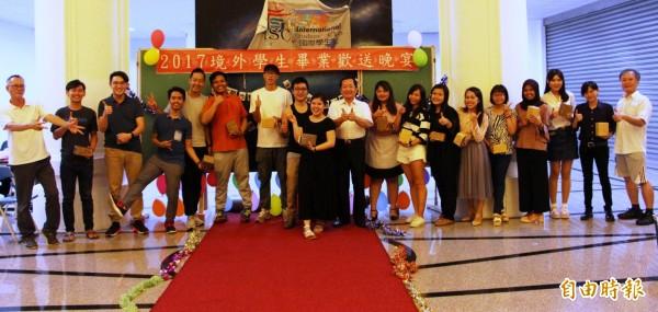 台灣首府大學今年首批印尼畢業生19位,10位獲南向台灣企業延攬,另9位不是繼續升學、在台就業,就是返國承接家族企業,成為政府南向政策人才培育搖籃。(記者王涵平攝)