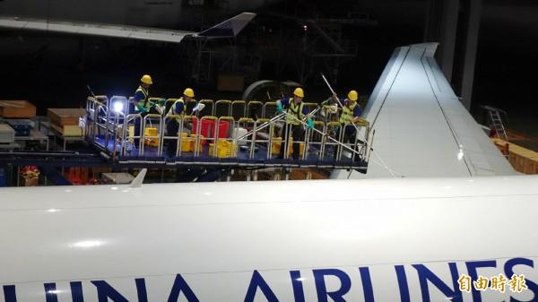 華夏公司由法國引進環保省水的「ECOSHINE」高科技飛機清洗技術,不但讓飛機「洗澡」時間縮短,節省人力外,相較於以往傳統「水洗」方式,讓機隊飛機更為亮麗。(記者姚介修攝)