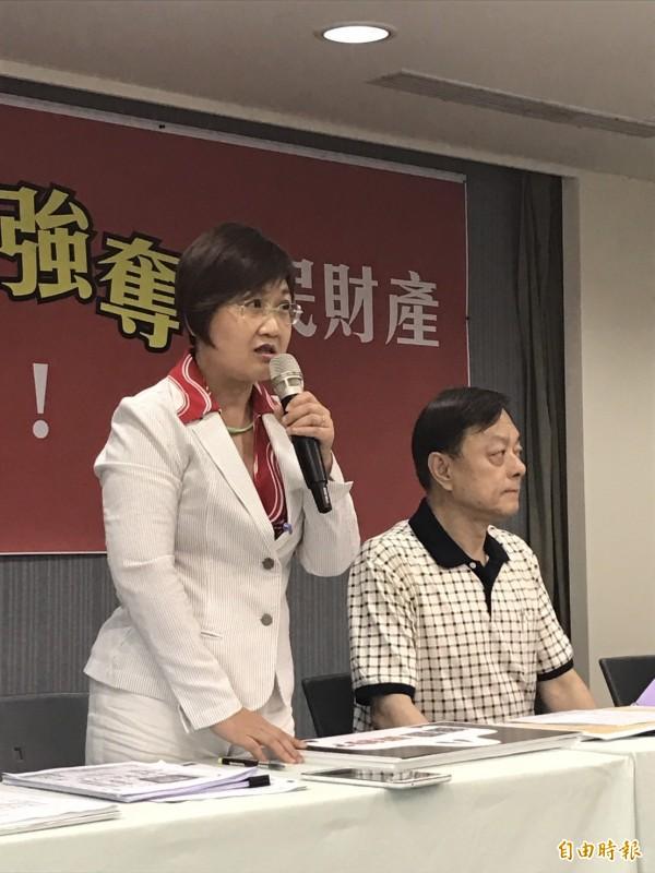 指控土地被國民黨強占的地主葉中川之子葉頌仁今天上午與民進黨召開記者會。(記者蘇芳禾攝)