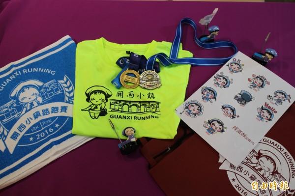 今年的關西小鎮路跑比賽除了有獎牌、T恤等完賽禮,也計畫配合發行採茶妹的LINE貼圖(右)行銷關西。(記者黃美珠攝)