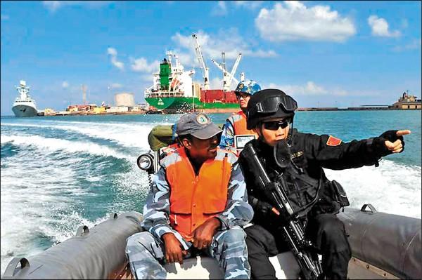 中國海軍二○一五年和吉布地舉行首次聯合演習。(取自網路)