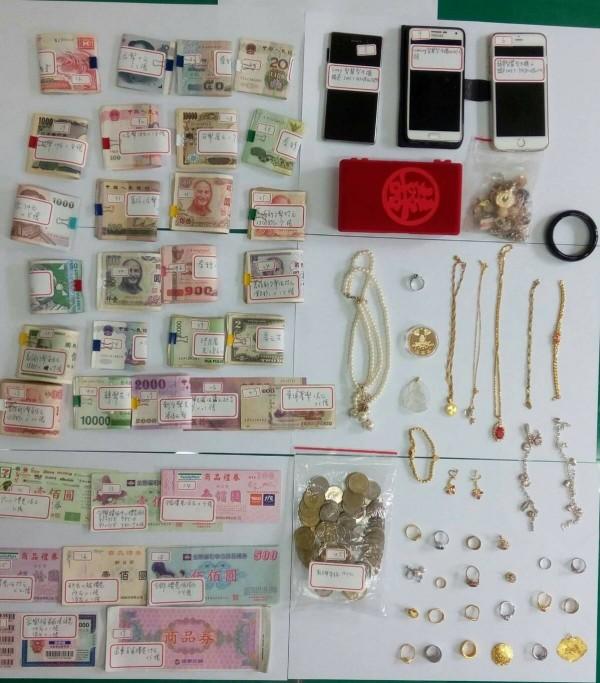 楊嫌闖空門竊得贓物樣式琳瑯滿目,包括黃金珠寶、大量古鈔。(記者許國楨翻攝)