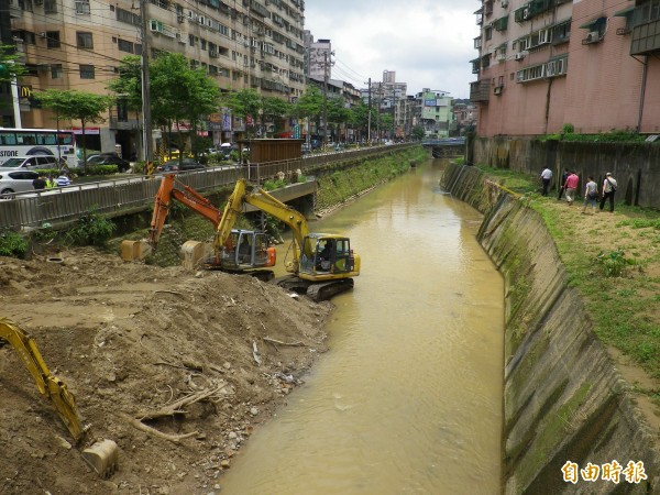 基隆大武崙溪清淤,河岸堆置大量淤泥。(記者盧賢秀攝)