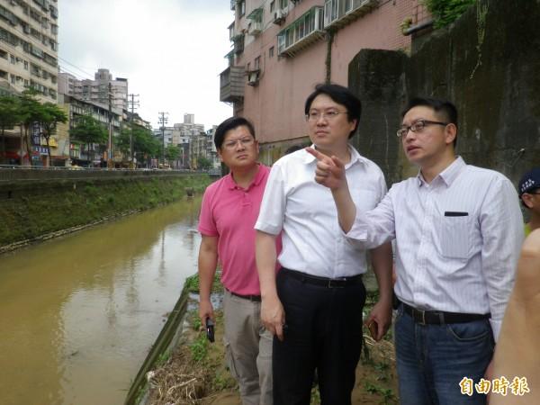 基隆市長林右昌(中)勘查大武崙溪整治方案。(記者盧賢秀攝)