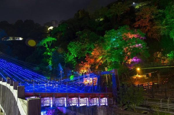 關子嶺浪漫光雕秀讓遊客驚艷不已,紛紛拍照打卡留念。(圖由西拉雅國家風景區管理處提供)