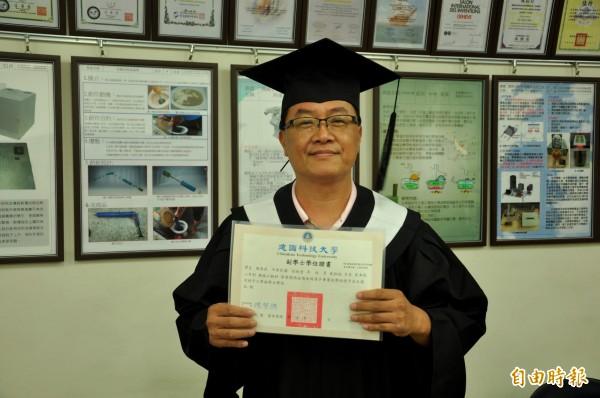 年過半百的陳鼎杰,為了接掌駕訓班的家業,念完碩士又來念建國科大二專。(記者劉曉欣攝)