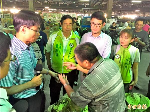 農委會副主委陳吉仲(左)昨到西螺果菜市場視察,菜農罵聲不斷。(記者黃淑莉攝)