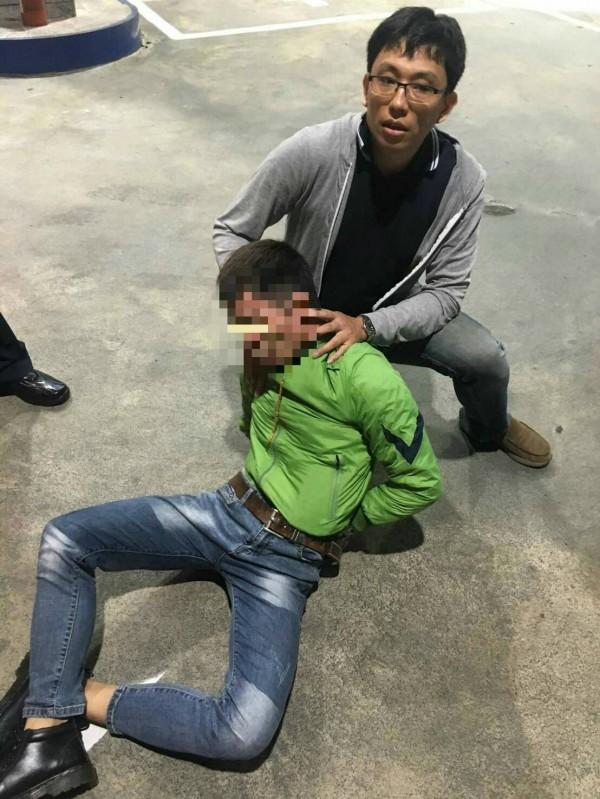 警方當街逮捕楊嫌。(記者許國楨翻攝)