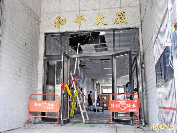 玉膳坊月子餐工廠前日嚴重氣爆,對面大廈首當其衝、大門玻璃碎裂一地,玉膳坊表示,釐清責任後再理賠。(記者王宣晴攝)