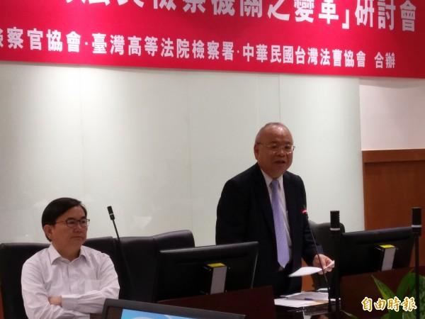 檢察總長顏大和(右)認為司改國是會議應邀請立委參與,左為立委劉櫂豪。(記者項程鎮攝)