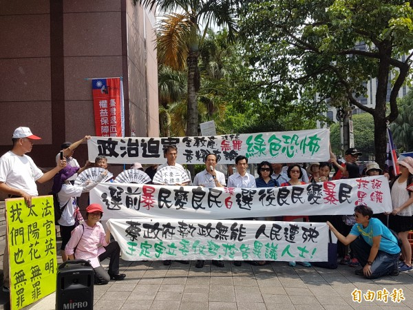 全國教育產業總工會理事長黃耀南(拿麥克風者)、台北企業總工會理事長王裕文(圖中黃耀南的右側),今天下午到北檢開庭前,召開記者會說明事發經過。(記者錢利忠攝)