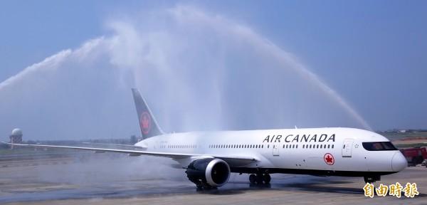 加拿大航空台北-溫哥華直飛航班9日正式啟航, 航空公司以灑水禮慶祝新航線開航。(記者朱沛雄攝)