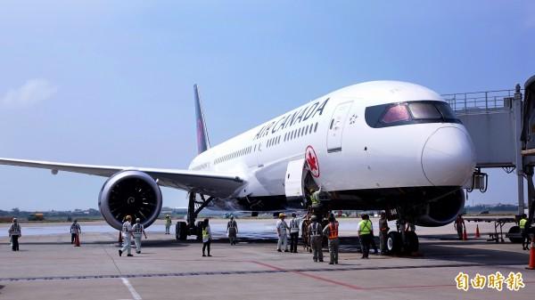 加拿大航空台北-溫哥華直飛航班9日正式啟航,並以全球最新款的波音787夢幻客機來執飛台灣航線。(記者朱沛雄攝)
