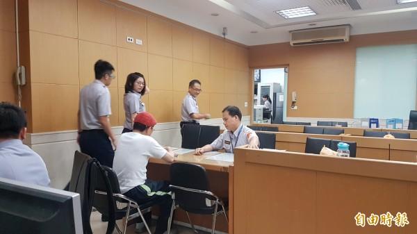 陳姓男子今天下午終於穿上衣褲,法警才放行讓他進北檢法警室提告。(記者錢利忠攝)