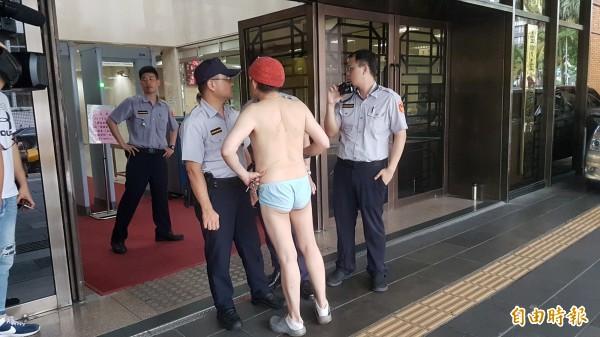 陳姓男子昨天及今天,4度到北檢外喊要提告,都因服儀不整被法警拒於門外。(記者錢利忠攝)