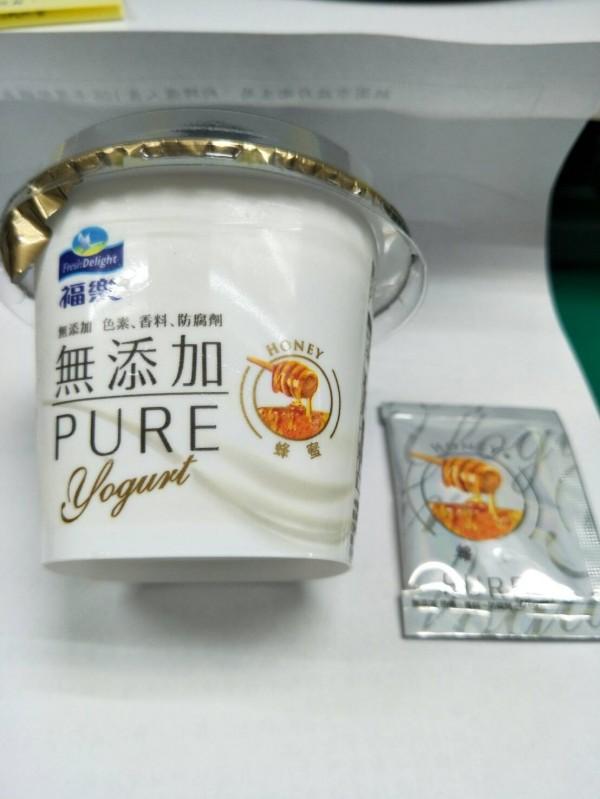 福樂生產的「福樂PURE原味優酪」,其所附的蜂蜜包,被桃園市政府衛生局檢驗不含蜂蜜成分。(衛生局提供)