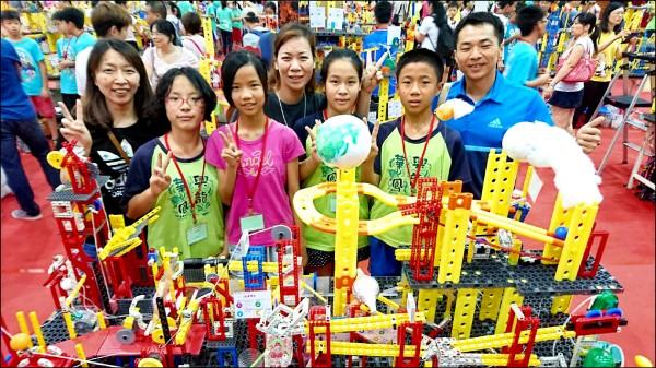 彰化縣二林鎮興華國小參加世界機關王大賽,擊敗200多所學校,奪下冠軍。(記者陳冠備翻攝)