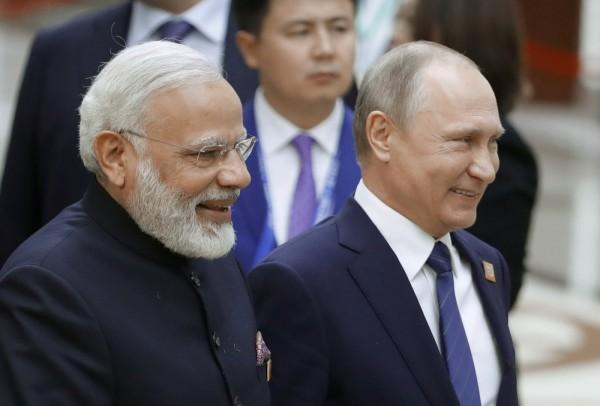 俄羅斯在邀印度進入上合組織後,2國也將一起計畫加強與中亞地區的經濟連結。左為印度總理莫迪,右為俄羅斯總統普廷。(路透)